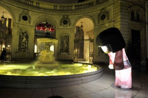 """Fête des Lumières 2012 : """"KOKESHI DE SOIE"""", cour de l'Hôtel de Ville"""