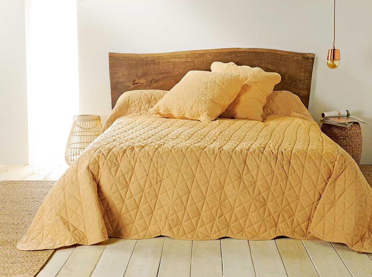 Jeté de lit jaune et taies matelassées